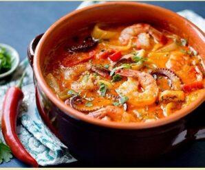 Морской суп из море продуктов в афганском казане